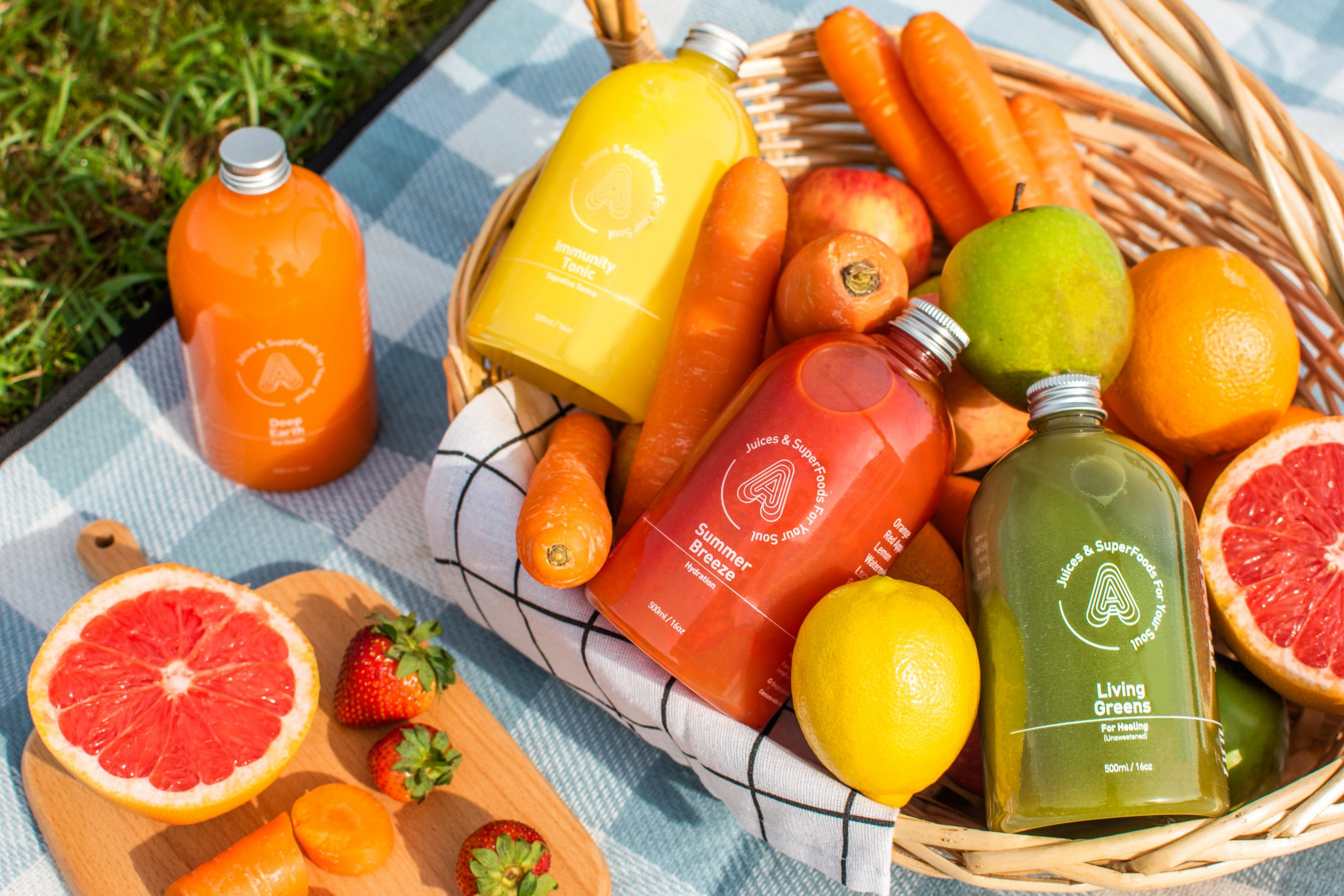 Picnic basket filled with fresh and natural detox juice for best juice cleanse
